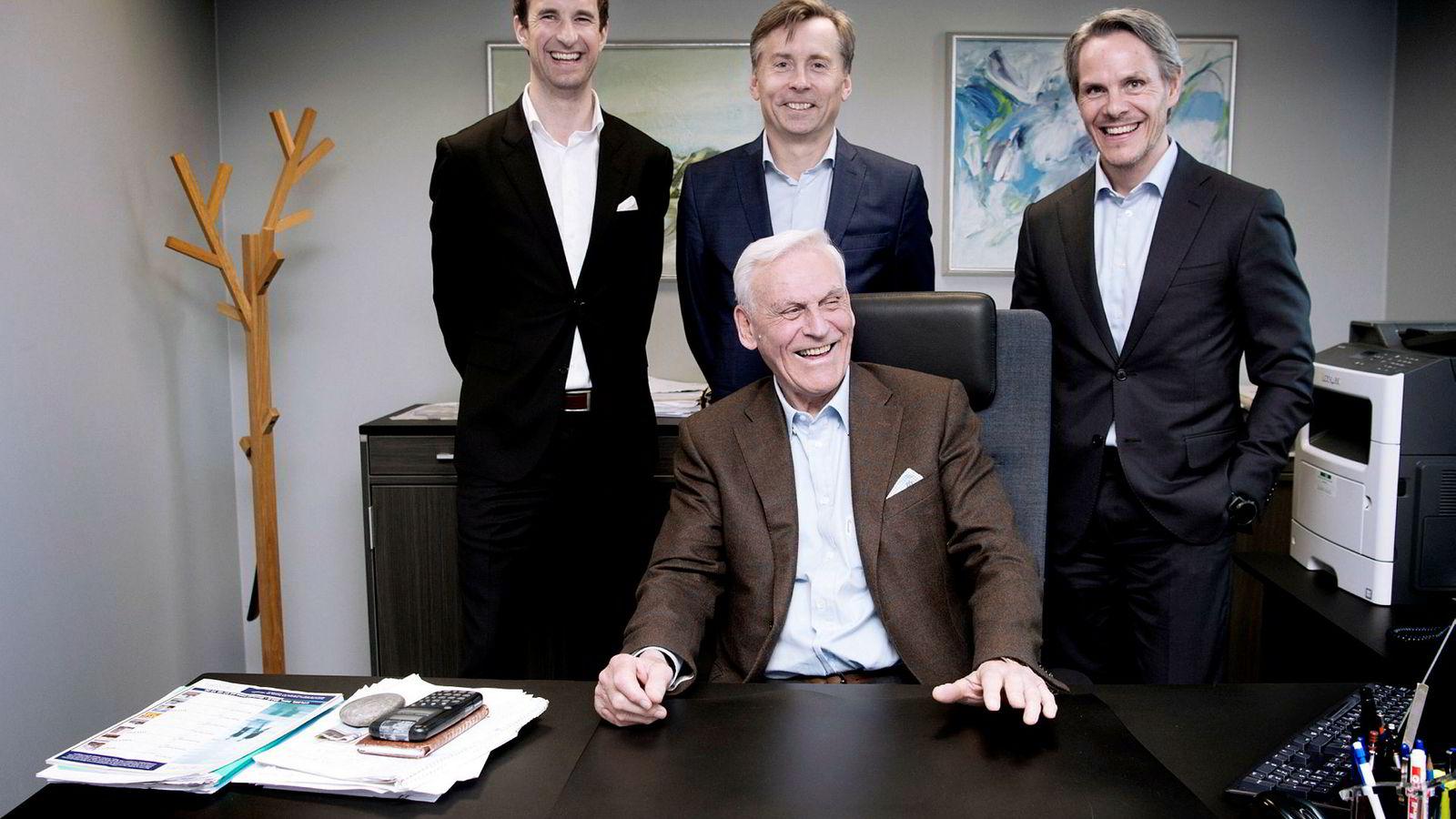 – Både på min mor- og farsside har det vært forretningsfolk hele veien. Jeg er nok arvelig belastet selv om jeg aldri arvet noe særlig penger. Nå jobber jeg som arbeidende styreformann og stikker min nese nedi det meste, sier Peter Tidemand Malling sr. (sittende). Her med bak fra venstre analysesjef Haakon Ødegaard, toppsjef Anders Berggren og sønnen og medarbeider Anders Malling.