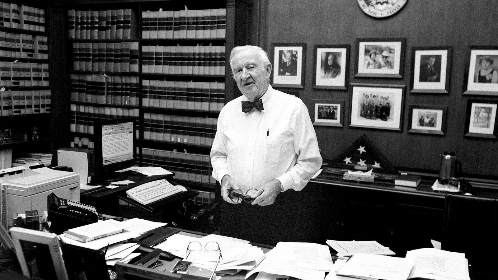 Avdøde høyesterettsdommer i USA John Pauls Stevens blir etter sine 35 år i tjeneste hyllet som en politisk uavhengig dommer. Her fra sitt kontor i Washington i 2002.
