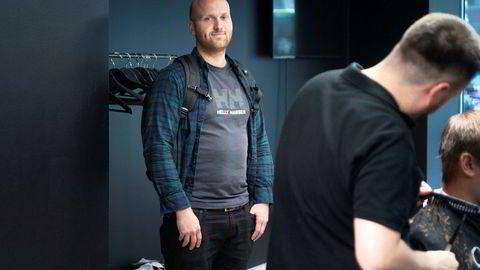 Cutters-sjef Andreas Kamøy har ikke printer i frisørsalongene. Det er brudd på regelverket, men Skatteetaten sier at det i praksis ikke gis bøter for dette.