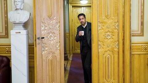 Venstres finanspolitiske talsmann Abid Raja vil ikke la pengene avgjøre alene. Foto: Per Thrana