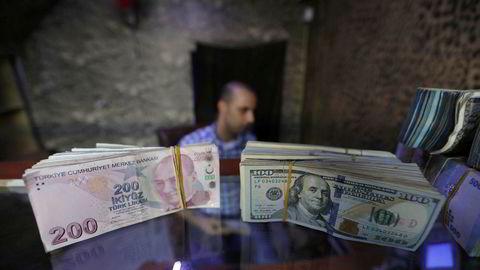 Den tyrkiske valutaen lira fortsetter fallet mot amerikanske dollar og andre valutaer.
