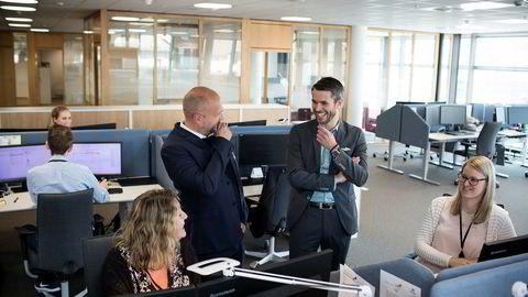 Jan Åge Skaathun (bak til venstre) i Quantfolio og Henrik Lie-Nielsen i Stacc lager kjernesystemer til bank- og finansbransjen. Blant annet har de levert arbeidsverktøyet til Siril Steine (til høyre) og Linda K. Køster i Brage Finans, eid av Sparebanken Vest.