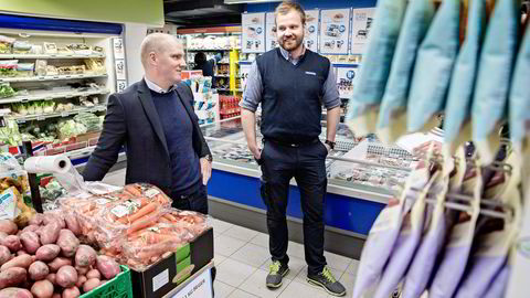 Andre påskedag åpnet Rema-kjøpmann Kent Windahl (til høyre) butikken sin for første gang på en rød dag. Her har han besøk av franchisedirektør Jan Frode Johansen i Rema 1000. Foto: Aleksander Nordahl