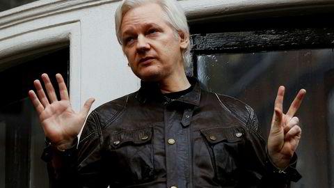 Julian Assange på balkongen til Ecuadors ambassade i London. Foto: Peter Nicholls / Reuters / NTB Scanpix