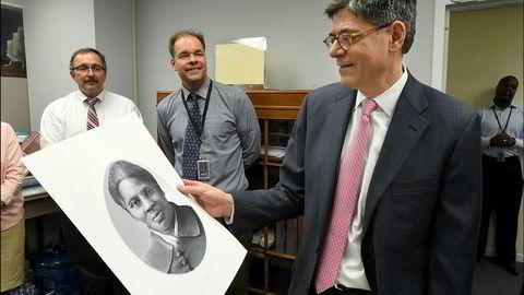 Tidligere finansminister Jack Lew viser frem portrettet av Harriet Tubman som skulle brukes på tjuedollarseddelen under et besøk til The Bureau of Engraving and Printing i Washington i 2016. Trump-regjeringen har nå satt en stopper for disse planene.