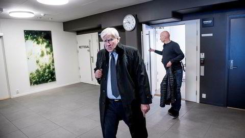 Tore Kjos er i gang med å selge aksjer i Norwegian-eier HBK Holding i et forsøk på å redde sitt eget seismikkselskap, Read, fra konkurs. Her er han på vei ut fra rettssal 12 ved Asker og Bærum tingrett fredag.