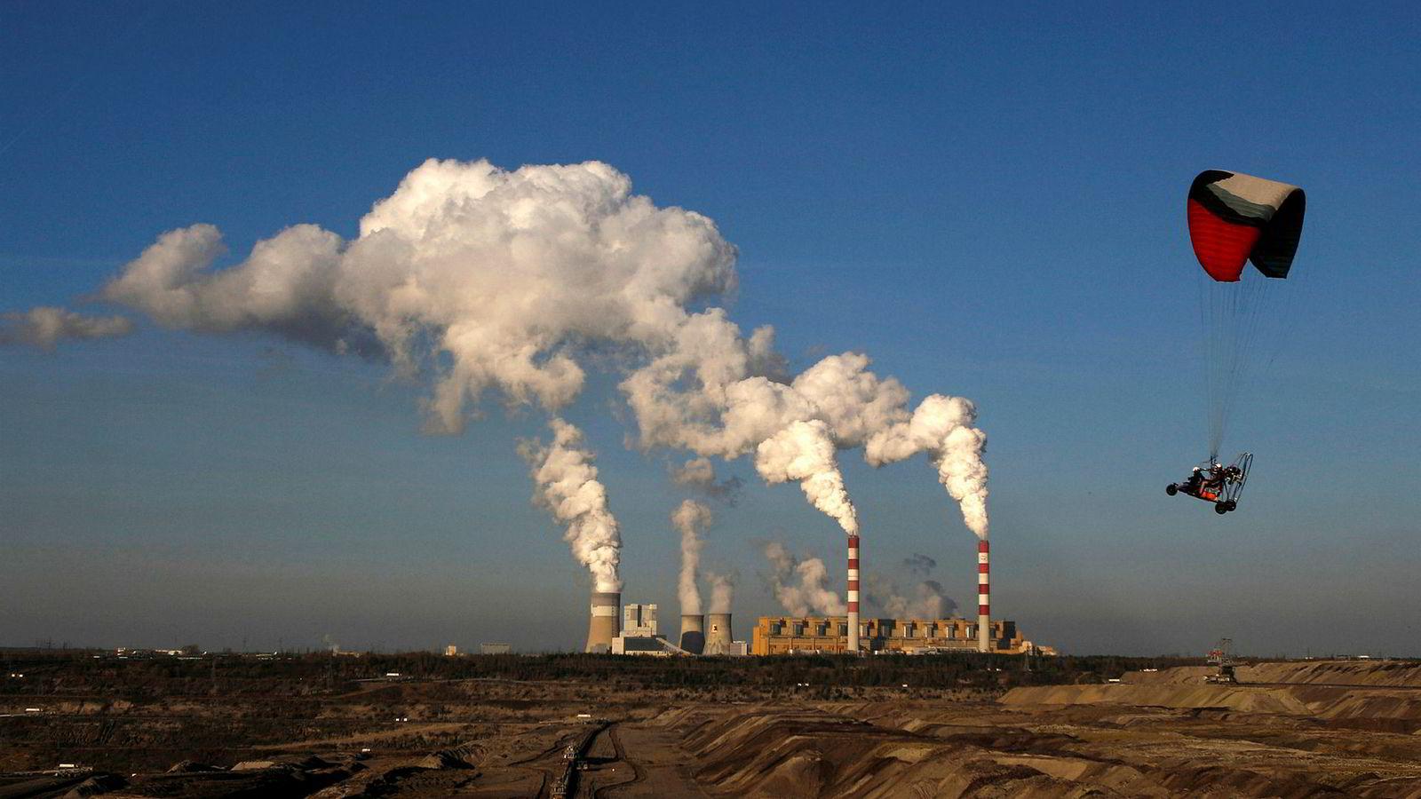 Når Polen produserer kull, må de kjøpe utslippskvoter fra andre produsenter, og disse må da redusere sine utslipp med tilsvarende mengde. Dette er dyrt og øker energiprisen, noe som i sin tur gjør det lønnsomt å bygge ut fjell og fosser selv uten opprinnelsesgarantier. Her fra Belchatóv kullkraftverk.