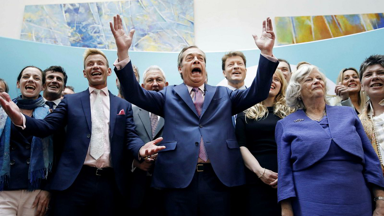 Brexit Party-leder Nigel Farage (midten) jubler etter valget i Europaparlamentet, et valg som aldri skulle ha funnet sted.