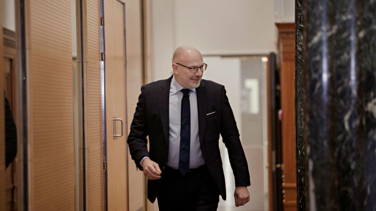 Danske Banks midlertidige toppsjef Jesper Nielsen sier styret i banken ser på mulighetene for å kreve bonus tilbakebetalt. Fredag sa han at hele ledelsen dropper bonus etter fjoråret – og må gjenreise tillit til banken.