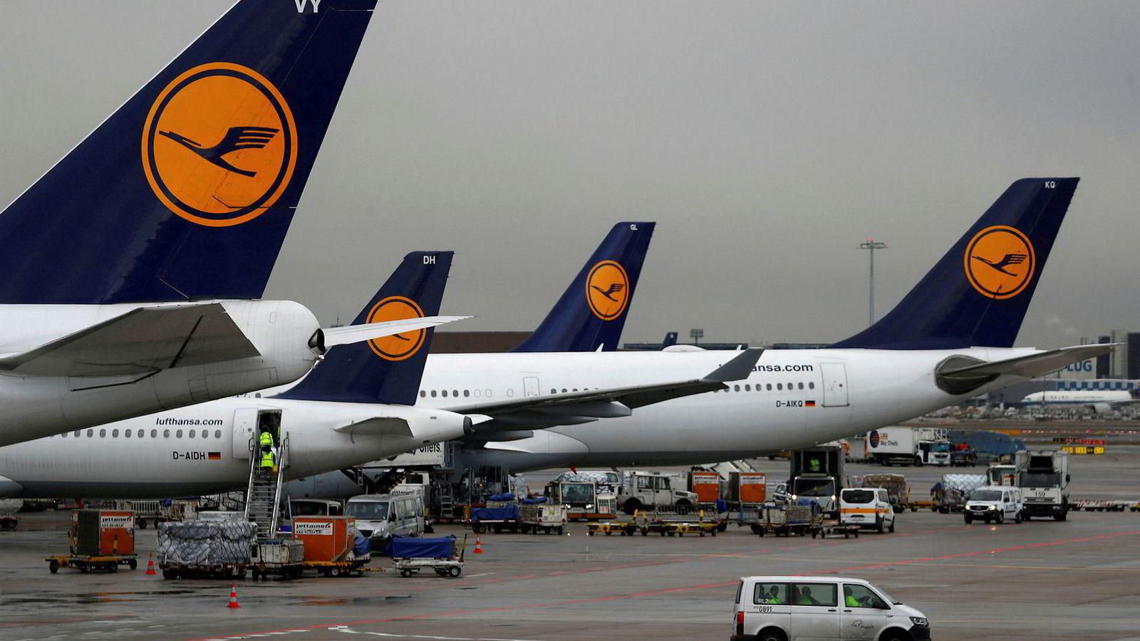 En rekke fly fra det tyske flyselskapet Lufthansa står parkert på Frankfurt flyplass i Tyskaldn.