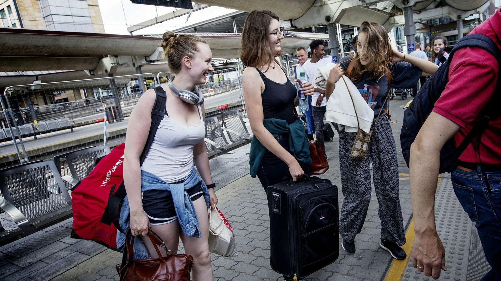 Ranveig Isaksen (til venstre), Elin Sødahl og Lena Myklebust venter på Flytoget på Oslo S. Myklebust og Sødahl skal fly til USA, mens Isaksen skal fly til Bergen.
