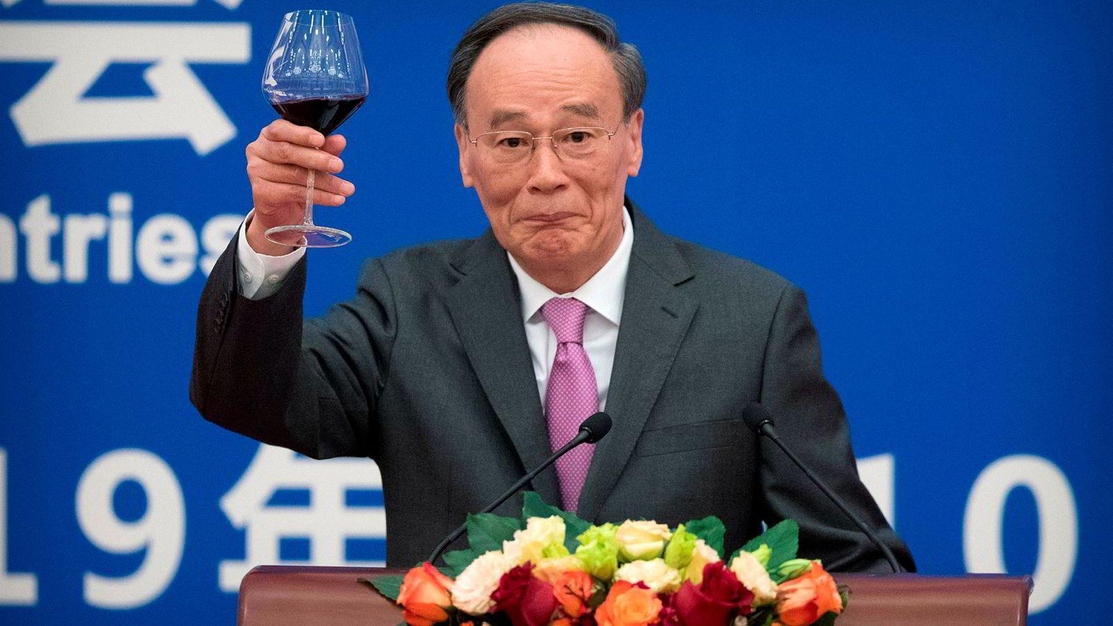 Kinas handelsoverskudd med USA økte ifjor til tross for pågående handelskrig. På bildet skåler imidlertid Kinas visepresident Wang Qishan over samarbeidet mellom Kina og USA ved markeringen rett før helgen av 40-årsdagen for etablering av diplomatisk samarbeid mellom de to stormaktene.