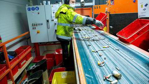 Selskapet Batteriretur tar imot flere hundre tusen batterier hver dag – store som små. Her overvåker lageroperatør Roy Simensen batteriene fra sorteringsmaskinen.