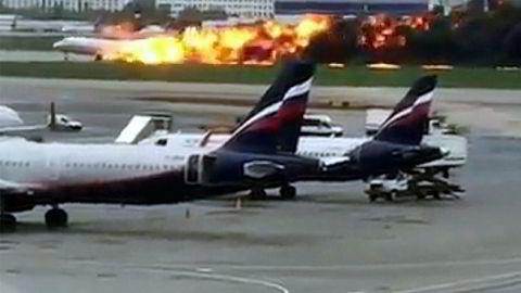 Bildet som er fra en video viser det brennende flyet som nødlander på Sheremetyevo-flyplassen i Moskva.