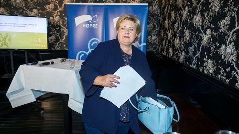 Statsminister Erna Solberg skal være med på kontrollhøringen. Hun er denne uken i Arendal.