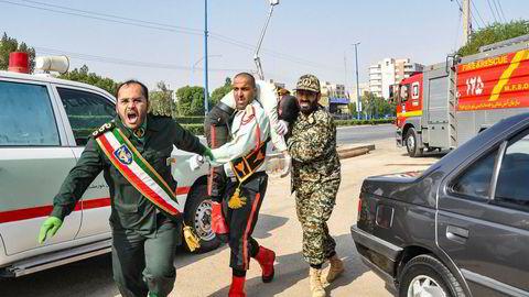 Skadde bæres i sikkerhet etter angrepet lørdag mot en militærparade i Ahvaz, hovedstaden i den oljerike provinsen Khuzestan i Iran.