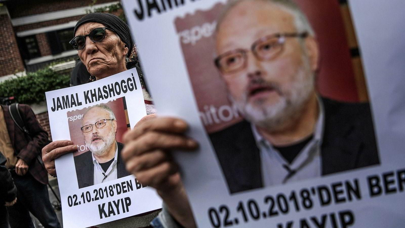 En demonstrant i Istanbul i Tyrkia holder opp en plakat med bilde av Jamal Khashoggi, den saudiarabiske journalisten som forsvant 2. oktober under et besøk på Saudi-Arabias konsulat i Istanbul.