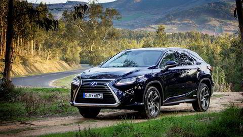 Hybrid-suven Lexus RX 450h møter hard konkurranse fra ladbare hybrider fra andre merker, som kommer gunstigere ut med norske avgifter. Lexus-sjefen har kuttet prisene for å møte konkurransen. Foto: Embret Sæter