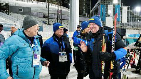 Olle Dahlin (til høyre) ble i ettermiddag valgt til ny president i Det internasjonale skiskytterforbundet, IBU. Her sammen med Kong Carl Gustaf og landslagstrener Wolfgang Pichler under OL i Pyeonchang sist vinter.