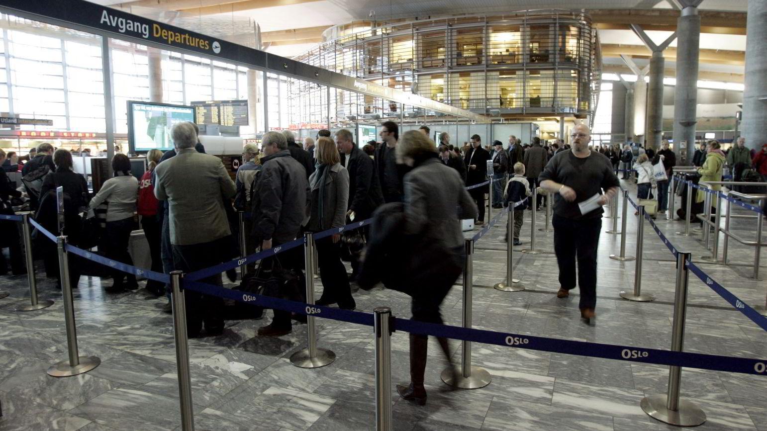 Sikkerhetskontrollen på norske flyplasser preges av at passasjerenes tid ikke respekteres, hevder brevskriveren. På bildet sikkerhetskontrollen på  Gardermoen. Foto: Erlend Aas /