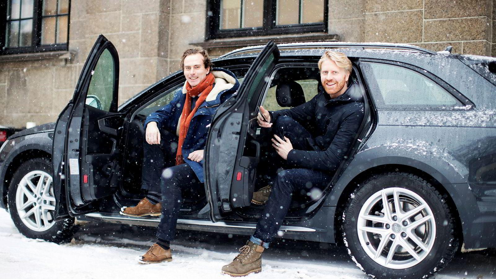 Daglig leder Nils Petter Nordbø i Hyre i førersetet med markedssjef Jon Harald Ryste Rønning bak. Selskapet satser på en løsning som skal være et alternativ til å eie egen bil, spesielt i byer.