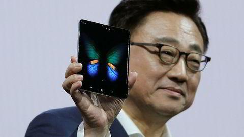 Samsungs toppsjef DJ Koh innrømmer lanseringen av den brettbare smarttelefonen Galaxy Fold ble presset frem og skjedde for tidlig. Selskapets driftsresultat er mer enn halvert i siste kvartal.