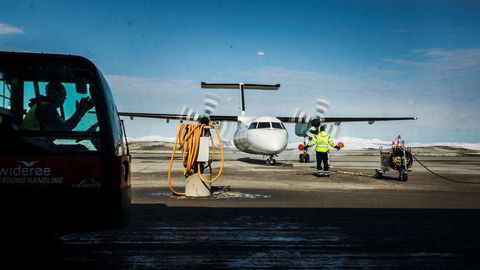Widerøe flyr på hele kortbanenettet i Norge og har varslet rutekutt på flere av de kommersielle rutene uten statlige tilskudd til driften. Nå kan en «ny» flyavgift sette stopper for det. Her fra Kirkenes lufthavn.