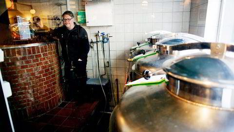 Frithjof Hungnes har planer om både brus- og ølproduksjon i Skien. Her i Oslo Mikrobryggeri. Foto: Mikaela Berg