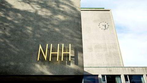 Det har stormet rundt det sosiale miljøet på Norges Handelshøyskole i vår. Nå innfører NHH obligatorisk oppmøte på frokostseminar i fadderuken.