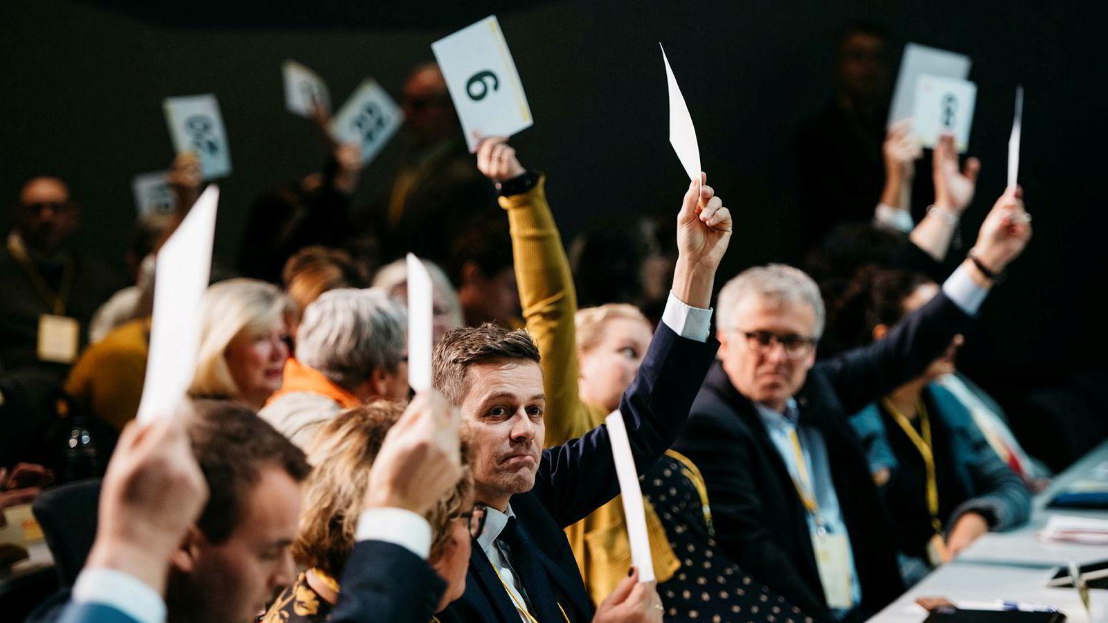 På landsmøtet ble KrF delt i to, og de som ville følge Knut Arild Hareide vurderer nå veien videre. Om Kjell Ingolf Ropstad, i hjørnet til venstre, lykkes med å forhandle KrF inn i den borgerlige regjeringen kan et nytt parti bli startet.