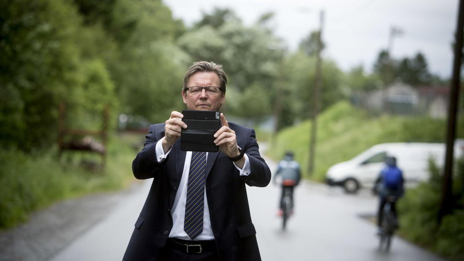 Administrerende direktør Øyvind Isaksen i Polight forsøker å fotografere DNs journalist med mobilkameraet. Går det som han vil, kommer mobilen i fremtiden til å inneholde en linse utviklet i Norge.
