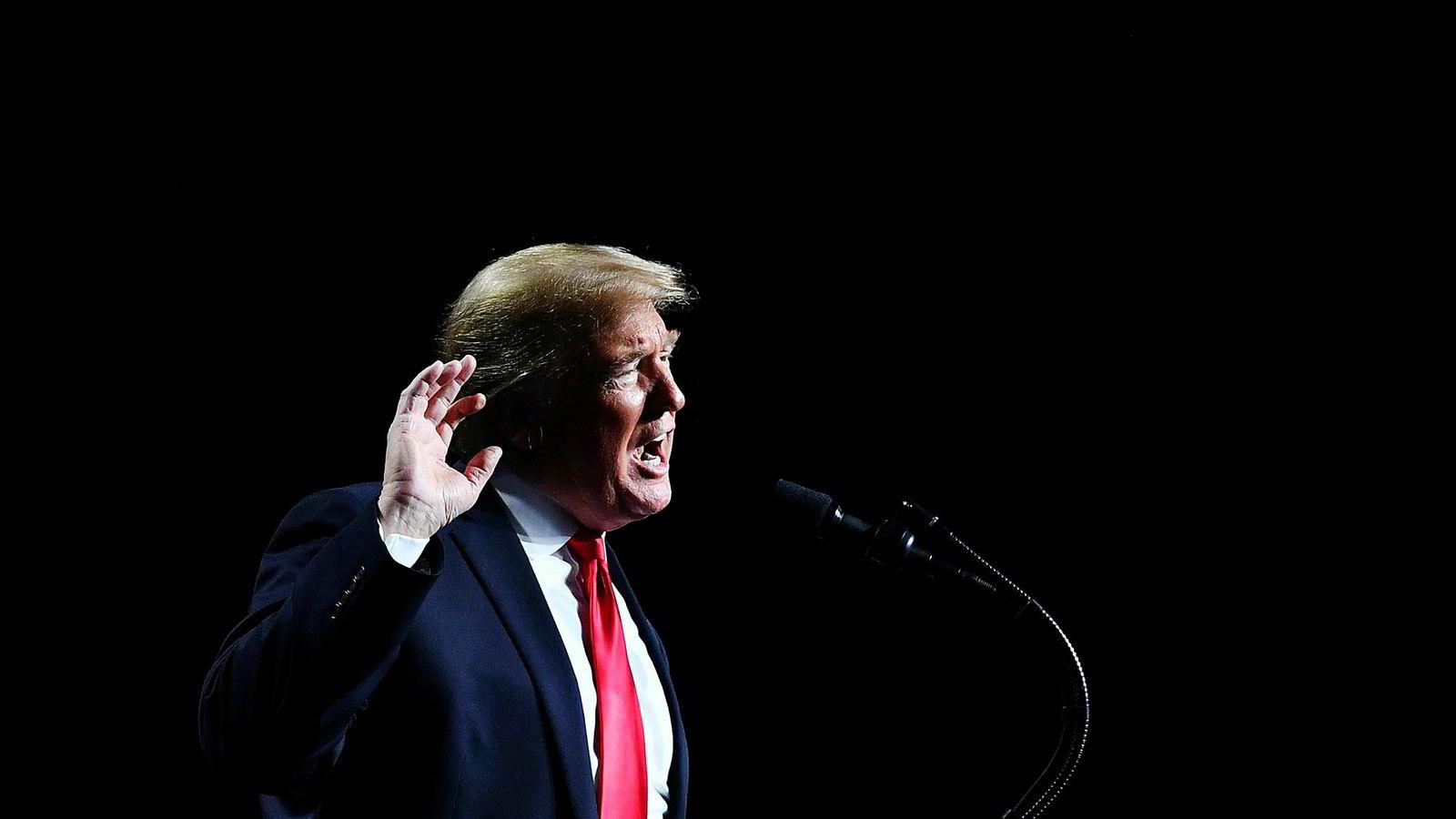 En ny hverdag har startet for president Donald Trump etter at demokratene tok kontroll over Representantenes hus. Han får ikke penger til muren sin, men han har nå fått sknapp støtte i Kongressen for at sanksjonene mot en russisk oligark oppheves.