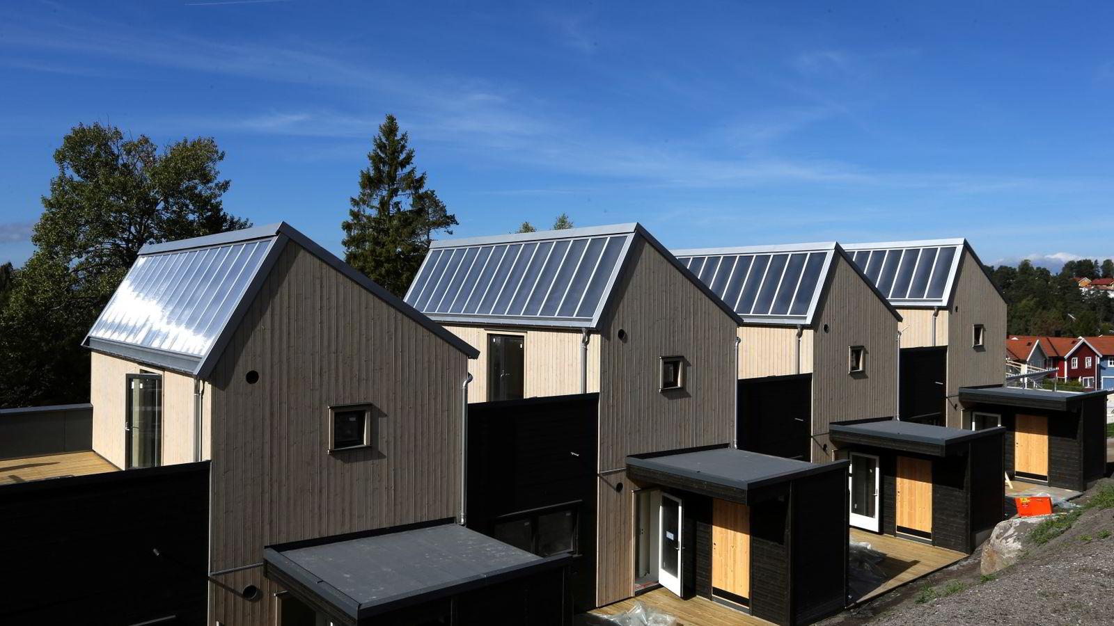 Mange i Norge kan på sikt bli produsenter og selgere av energi. På bildet Solfanger i Steinbråtlia på Mortensrud. Foto: Vidar Ruud /