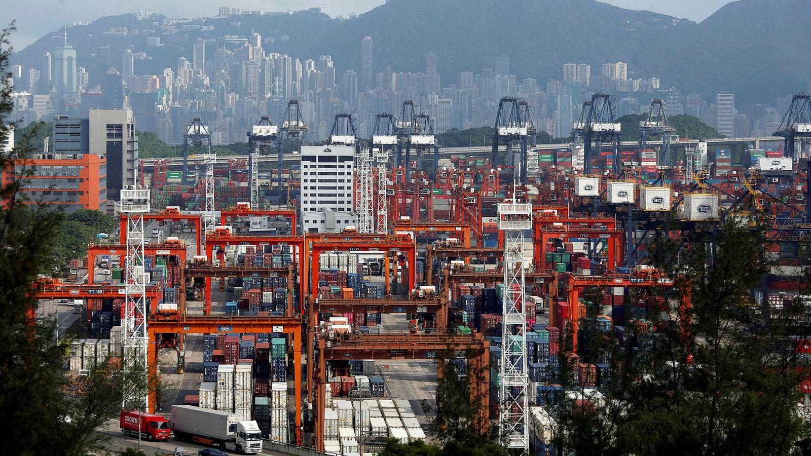 USA er i handelskrig med Kina. De har så langt innført straffetoll på kinesiske eksport verd 250 milliarder dollar. Alarmklokkene kimer i Beijing. Landet var ikke forberedt på dette, ikke ennå. Den eksportdrevne økonomien er sårbar. Her fra Kwai Tsing container terminal i Hong Kong, Kina.