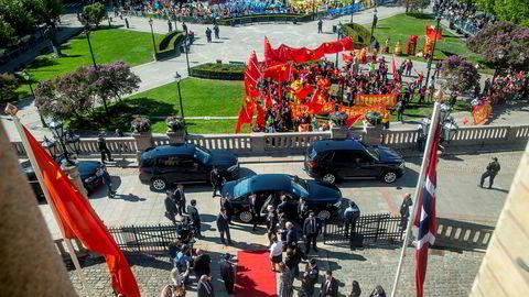Stortingspresident Tone Wilhelmsen Trøen tok imot lederen av den kinesiske Folkekongressen, Li Zhanshu, under besøket på Stortinget 15. mai. Kinesiske demonstranter hadde sikret seg kremplassen utenfor Stortinget.