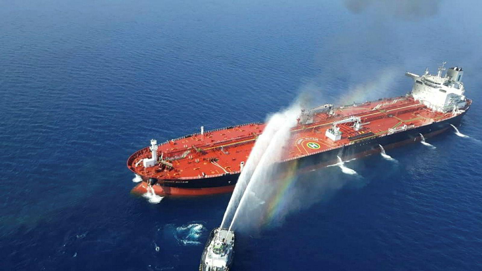Et iransk marinefartøy slukker brann på et oljetankskip i Omanbukta torsdag.