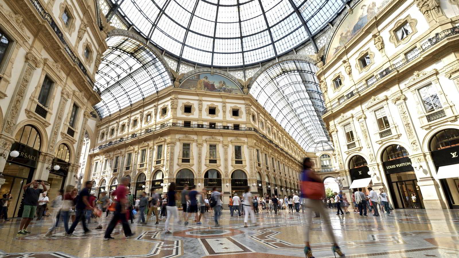 Kjøpesenteret Galleria Vittorio Emanuele II i Milano i Italia. Prisene i eurosonen falt for tredje måned på rad i mai.