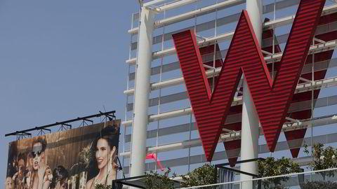 Starwood har blant annet W-hotellene. Her er logoen til W i Hollywood i Los Angeles i USA. Foto: Damian Dovarganes/AP/NTB Scanpix.