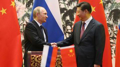 Kina, India og Russland vil ikke lenger finne seg i å ikke få den innflytelsen i internasjonale organisasjoner som de mener de fortjener. På bildet fra ifjor lover russlands president Vladimir Putin og Kinas president Xi Jinping hverandre å samarbeide enda tettere. Foto: AP Photo / NTB scanpix