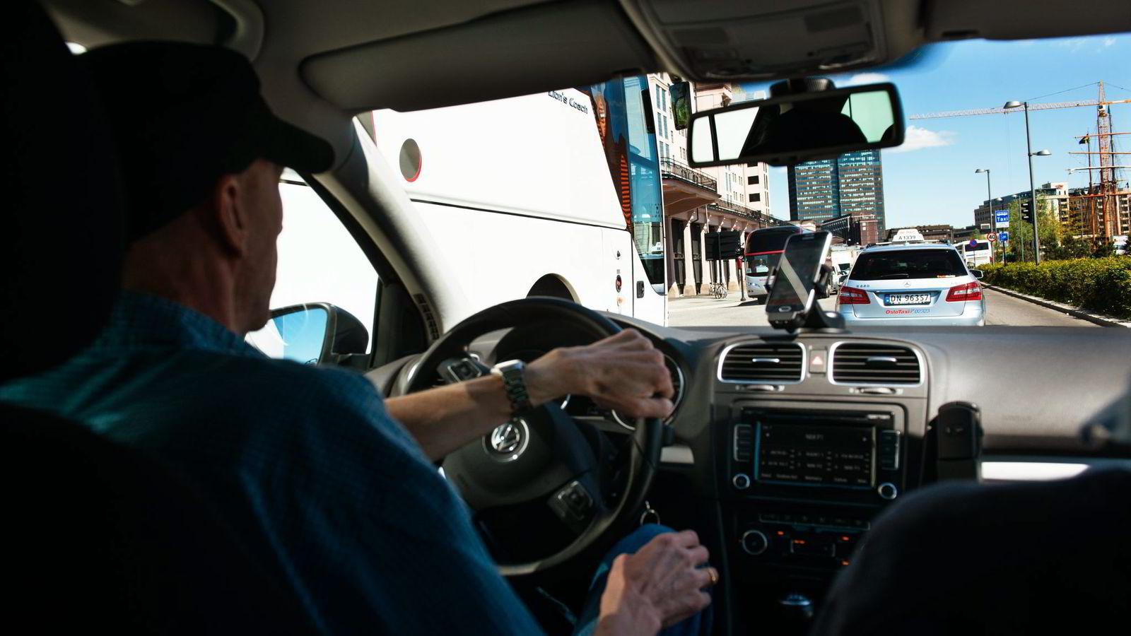 Uber-sjåføren i Oslo avviser at han kjører pirat parallelt med den etablerte drosjenæringen. Hvis sjåførene blir bøtelagt, vil det være slutten på hans kjøring for den omstridte tjenesten.