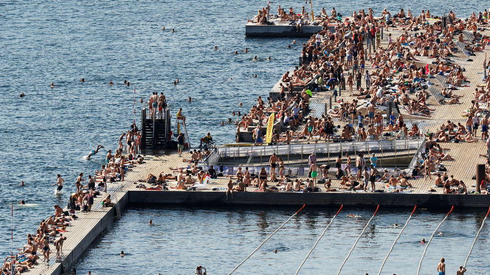 Nordmenn flest bruker ikke feriepengene sine på reise. Under tropevarmen i fjor sommer valfartet tusenvis badegjester Sørenga Sjøbad i Oslo.