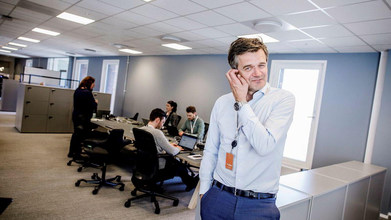 Vipps-sjef Rune Garborg må vente i flere måneder på å få fusjonen med BankID og Bankaxept godkjent. Det kan ramme konkurransen med aktører fra utlandet som er på vei inn i Skandinavia.