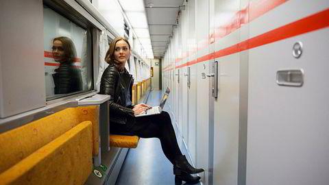 Mer kollektiv søvn med regjeringens forslag? Her Caroline Berg Eriksen – også kjent som Fotballfrue – på nattoget på vei til Trondheim. Sovevognene er som regel helt fulle.