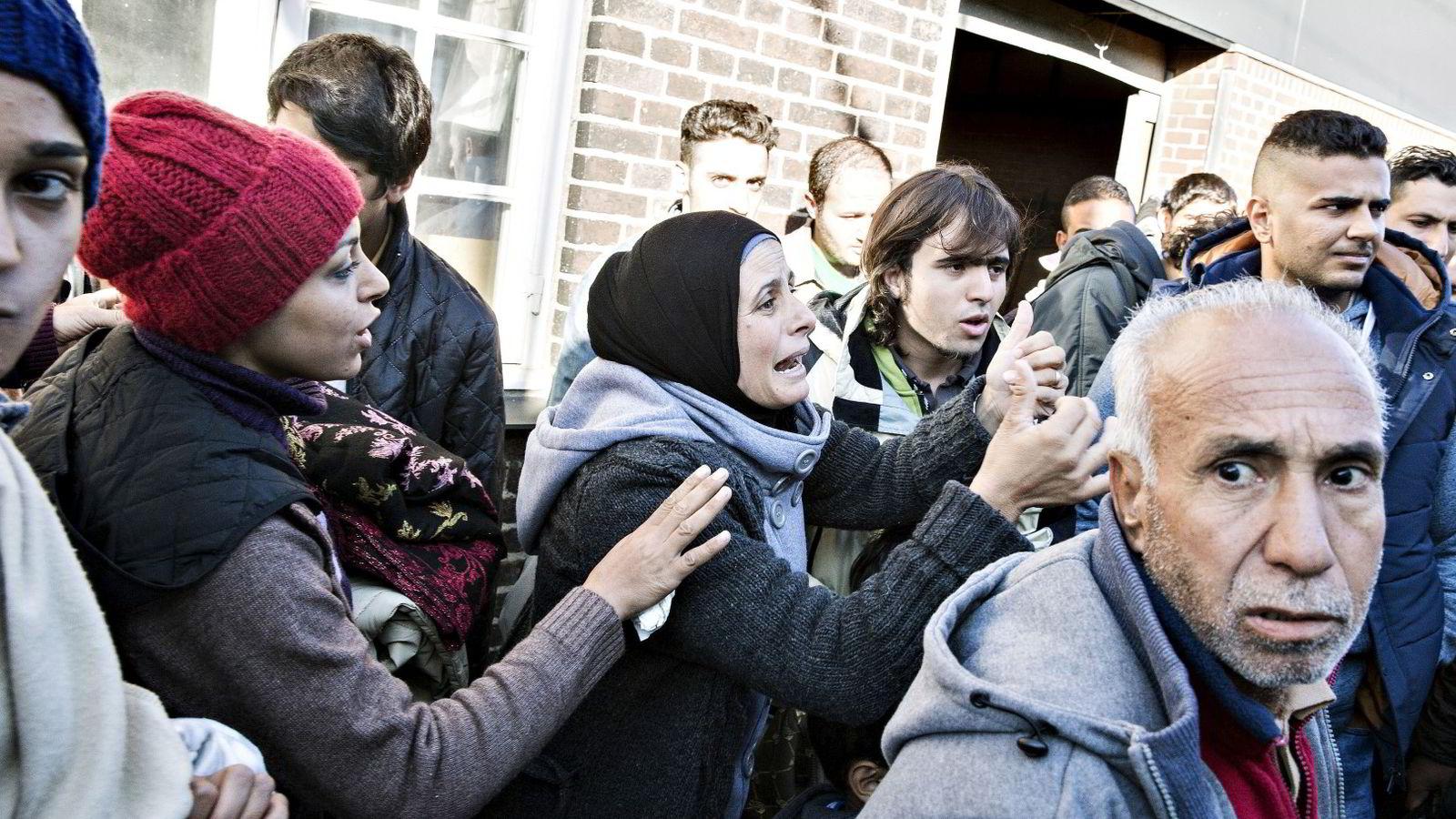 Det var kaos i gatene i danske Rødbyhavn sent onsdag kveld. På bildet en gruppe flyktninger på Padborg-stasjonen i Danmark.