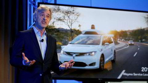 John Krafcik, toppsjefen i Waymo viser frem førerløse biler. Verdien av Alphabet/Google-eide Waymo oppjusteres nå kraftig av Morgan Stanley.