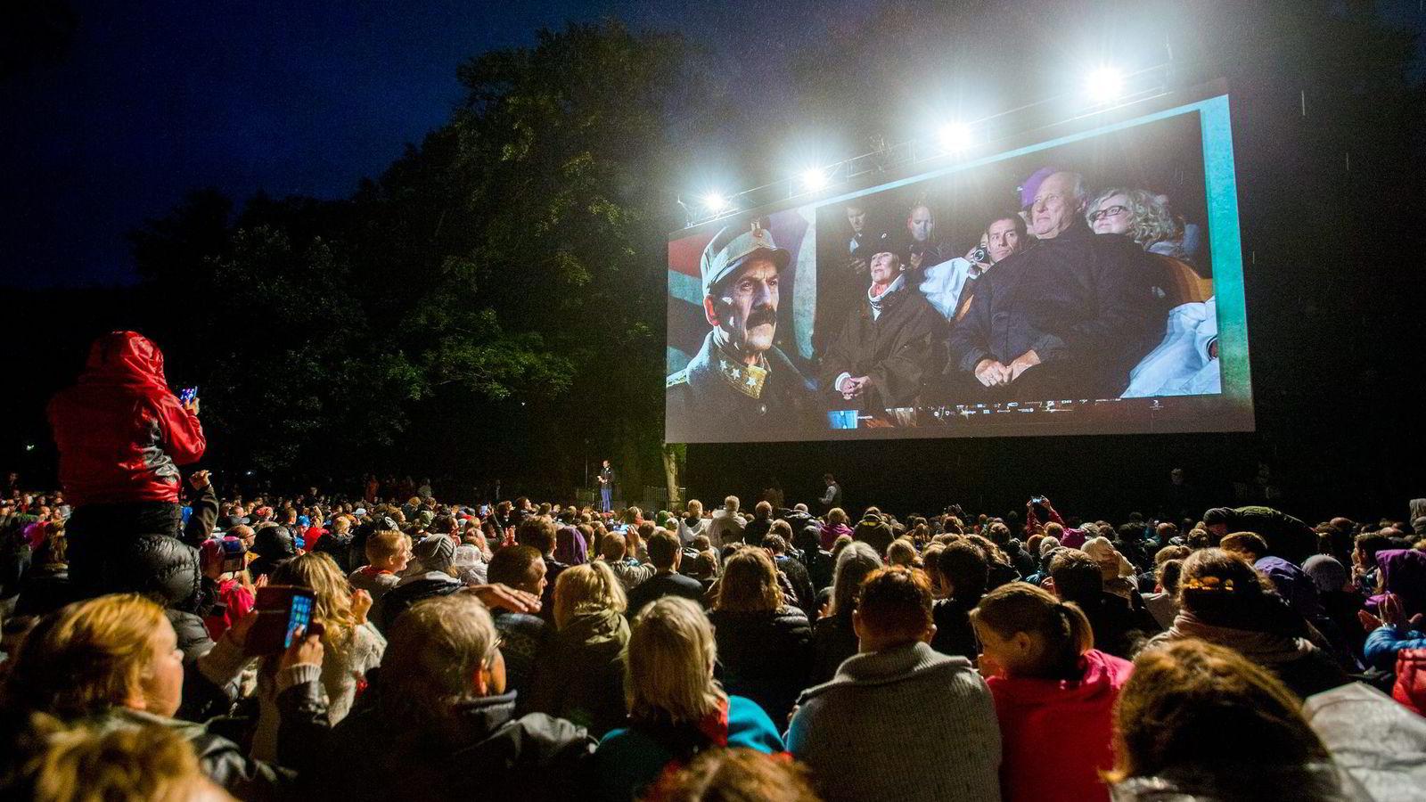 Danske Jesper Christensen spiller kong Haakon i filmen «Kongens nei». Denne uken ble filmen vist som utekino på slottsveggen. Foto: Vegard Wivestad Grøtt/