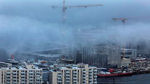 Prisene faller egentlig bare i Oslo, viser nye beregningsmetoder. – Sannsynligheten da for at det blir negative ringvirkninger til resten av økonomien, er mye mindre, sier Øystein Børsum i Swedbank. Her fra boligutbyggingen i Bjørvika i Oslo sentrum.