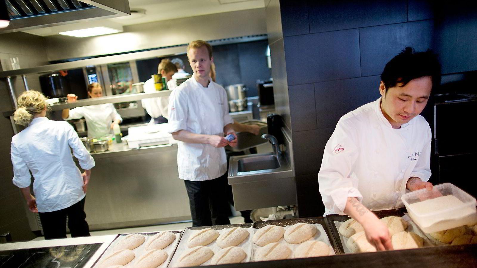 PENGER INGEN GULROT. Kjøkkensjef Bjørn Svensson på restaurant Fauna sier at kokkeyrket ikke er for dem som vil tjene mye penger. Foto: Øyvind Elvsborg
