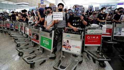 Tirsdag fortsatte demonstrasjonene ved Hongkongs flyplass.