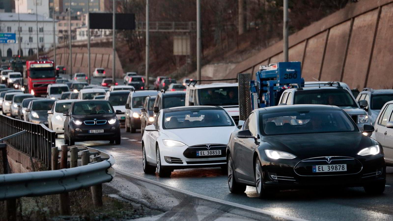 Elbilene er effektivitetsvinnerne på veien. I en bensin- eller dieselbil går mer enn 75 prosent av energien på tanken til spille, i form av varme i eksos og kjølevann, skriver artikkelforfatterne. Foto: Lise Åserud,